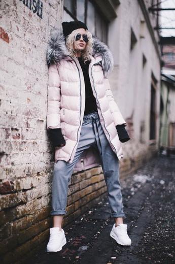 Які стильні жіночі пуховики будуть в моді взимку 2018-2019  фото ... e6d8ae5a5bc9a