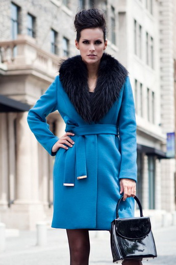 Зимові жіночі пальто з хутряним коміром  фото модних фасонів з хутром на  зиму 2018 2019 ... f2677f6f36457