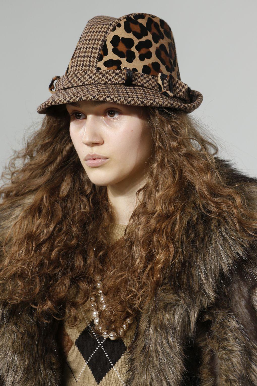 ... Модні жіночі шапки (100+ фото новинок) сезону Осінь Зима 2019 ... eae8eae4c5591